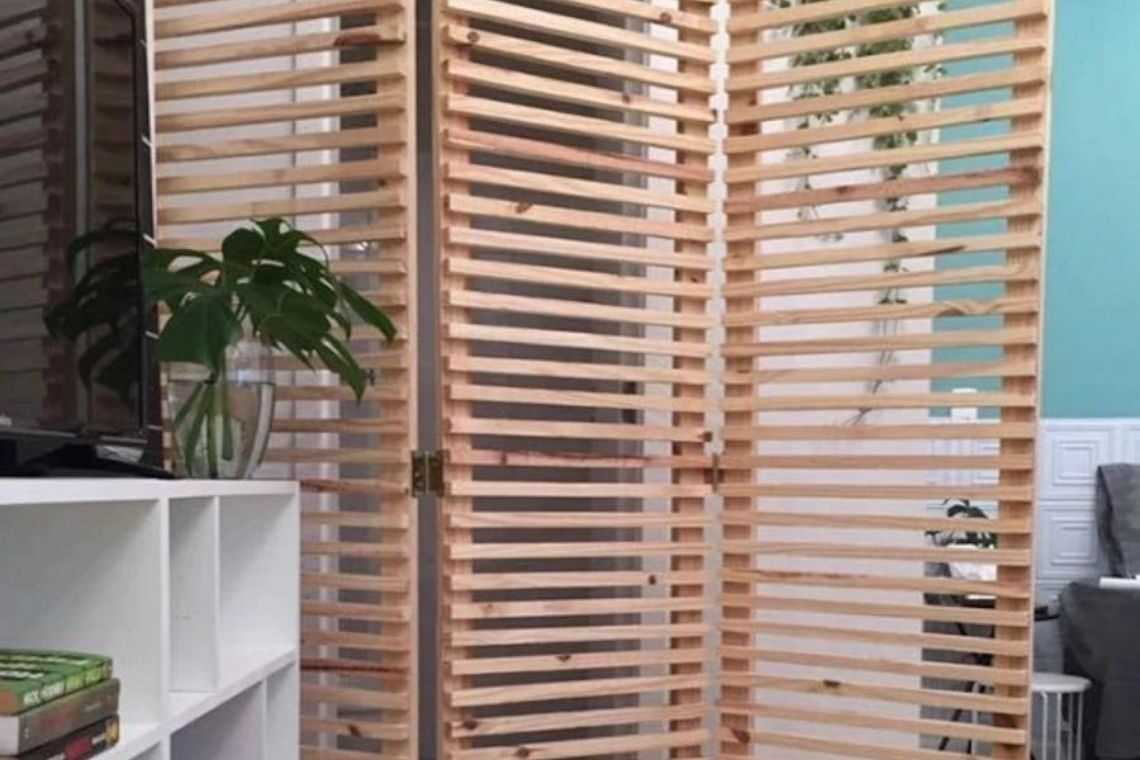 Biombo de madeira ripado