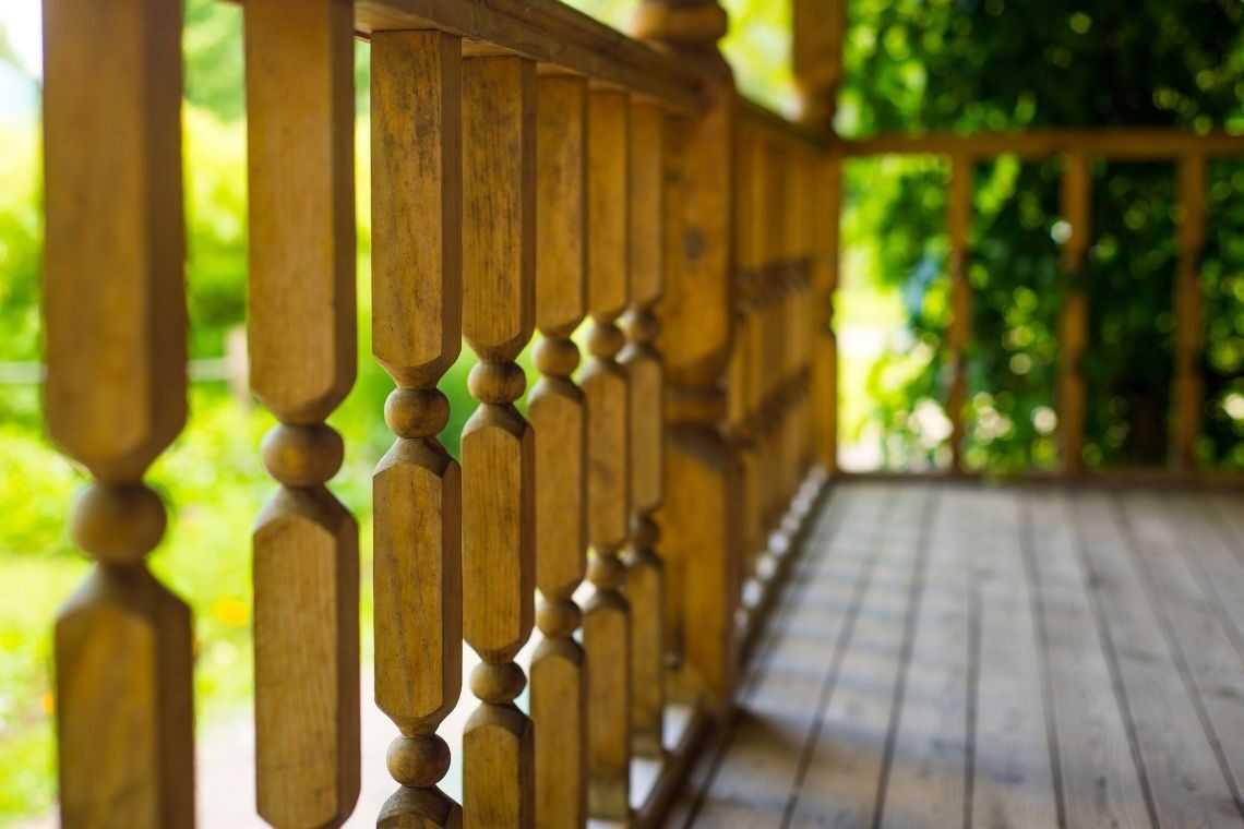 Cerca de madeira na varanda