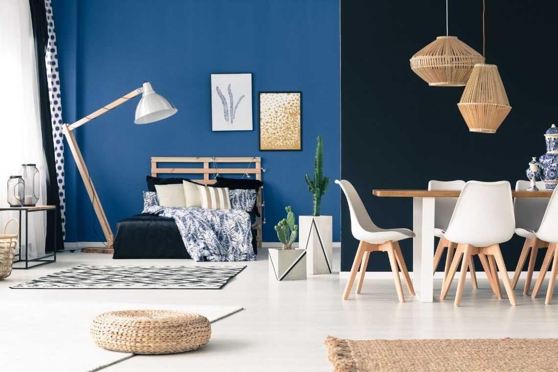 Deixe os móveis próximos às paredes na casa pequena com 2 quartos
