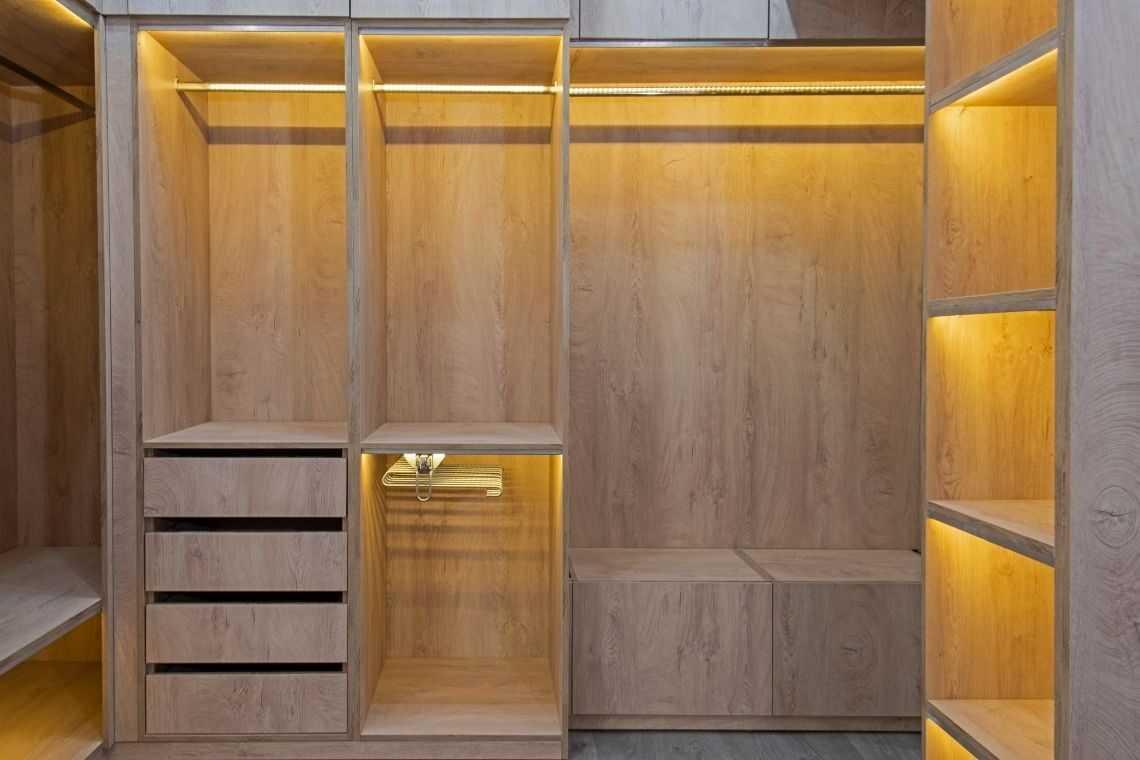 Invista em móveis sob medida para as Plantas de casas pequenas com 2 quartos e cozinha americana