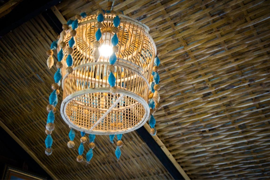Luminária de madeira em espaços externos