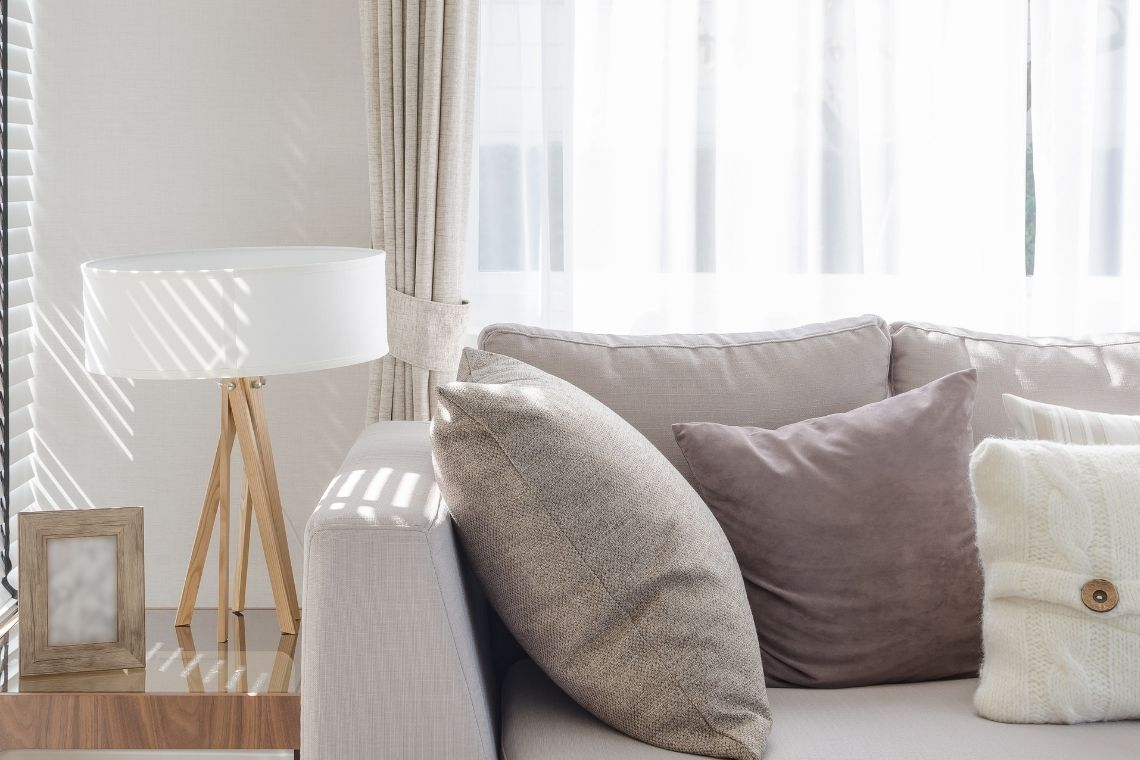 Luminária de madeira na sala de estar