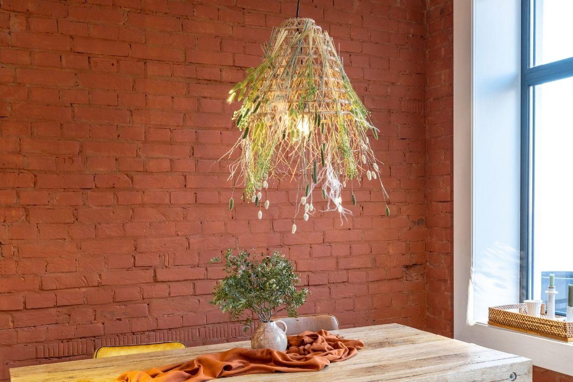 Luminária de madeira na sala de jantar simples