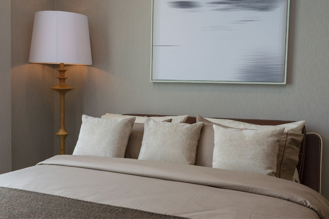 Luminária de madeira no quarto