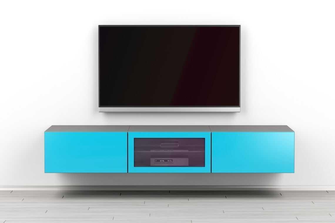 Opte por um suporte para televisão na casa pequena com 2 quartos