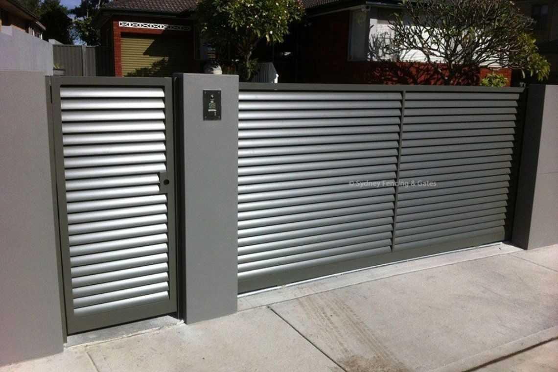 Portão de alumínio com porta para pedestre