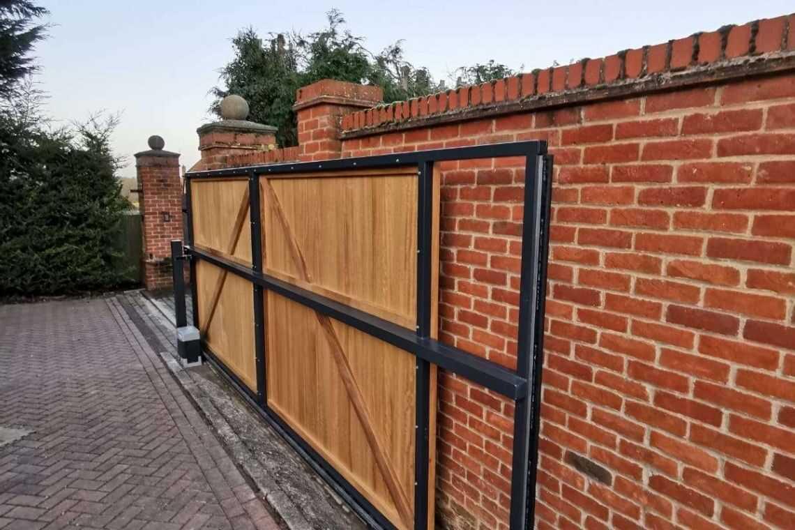 Portão de madeira de correr com tábuas verticais para garagem