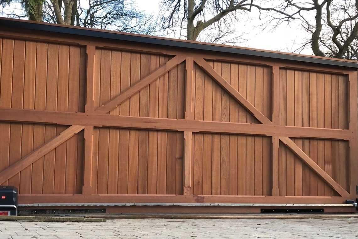 Portão de madeira de correr com vigas estruturais para garagem