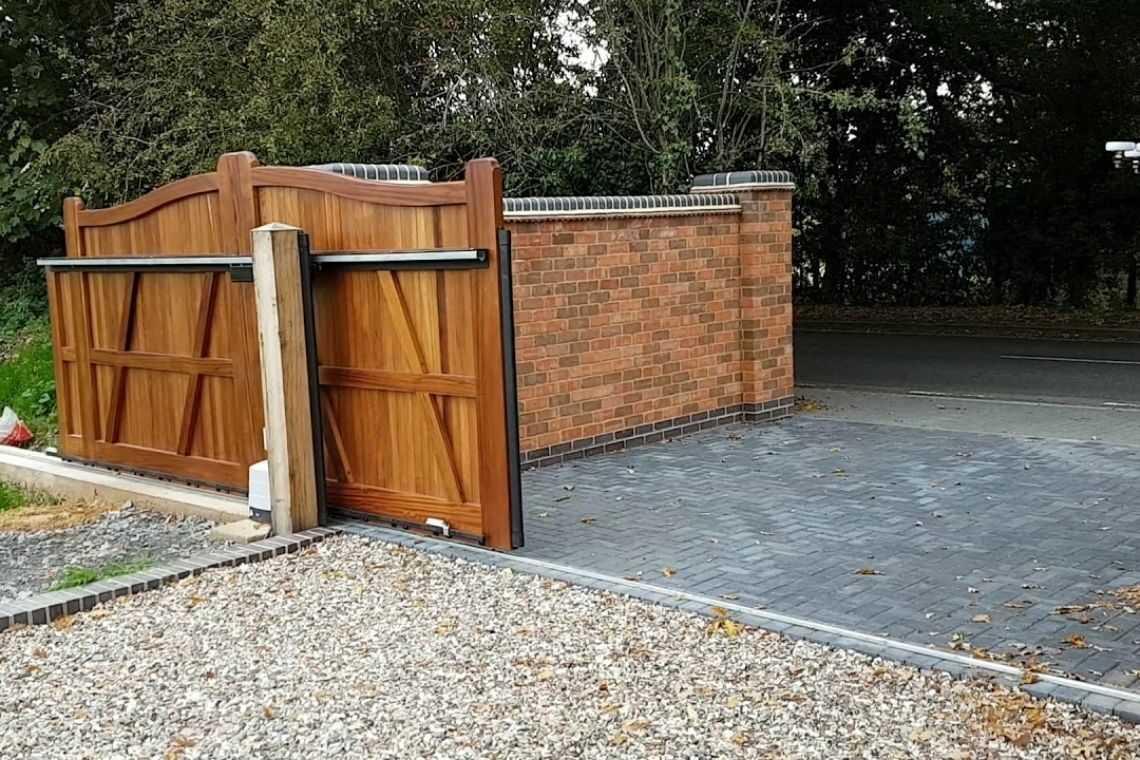 Portão de madeira de correr pequeno