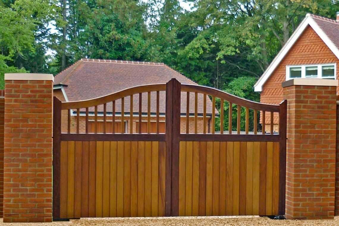 Portão de madeira de duas folhas de abrir