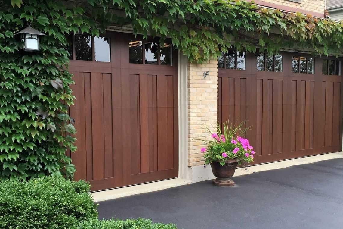 Portão de madeira estilo clássico com plantas