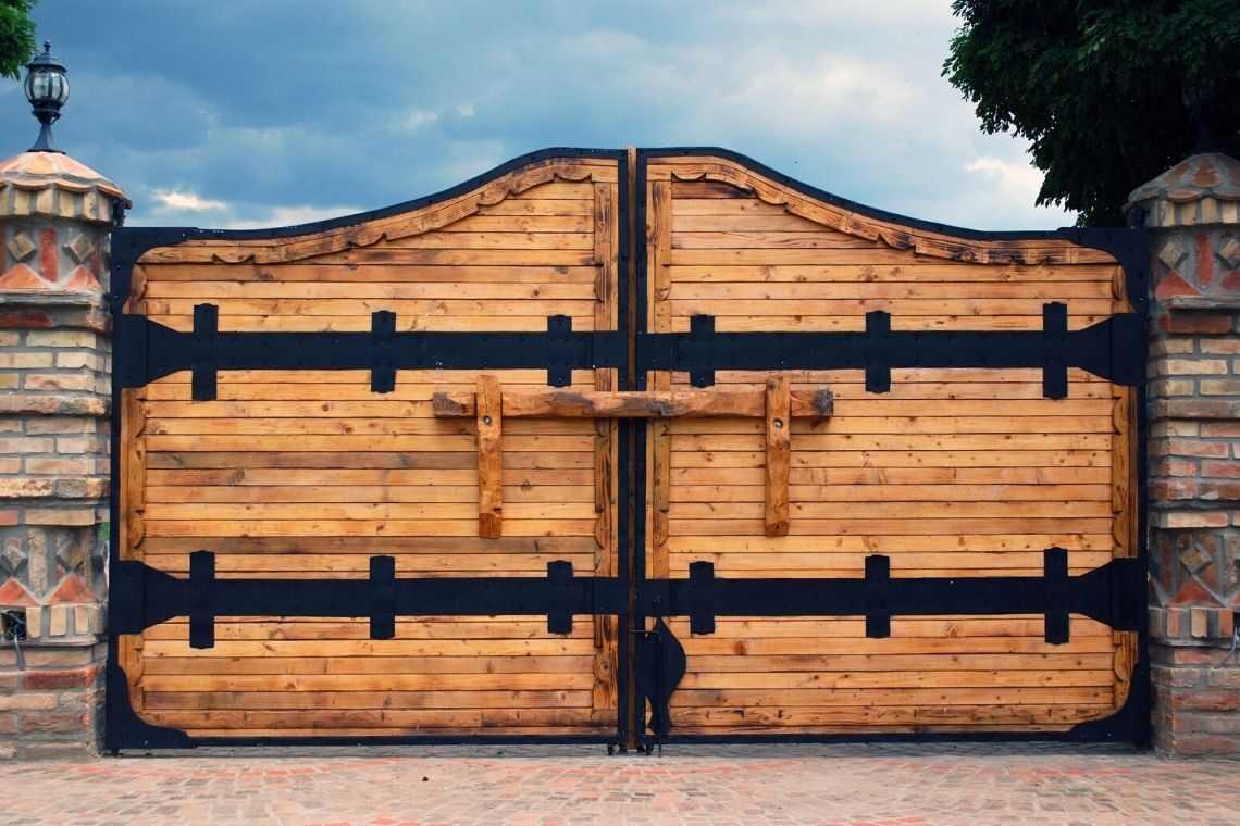 Portão de madeira estilo rústico com tijolinhos