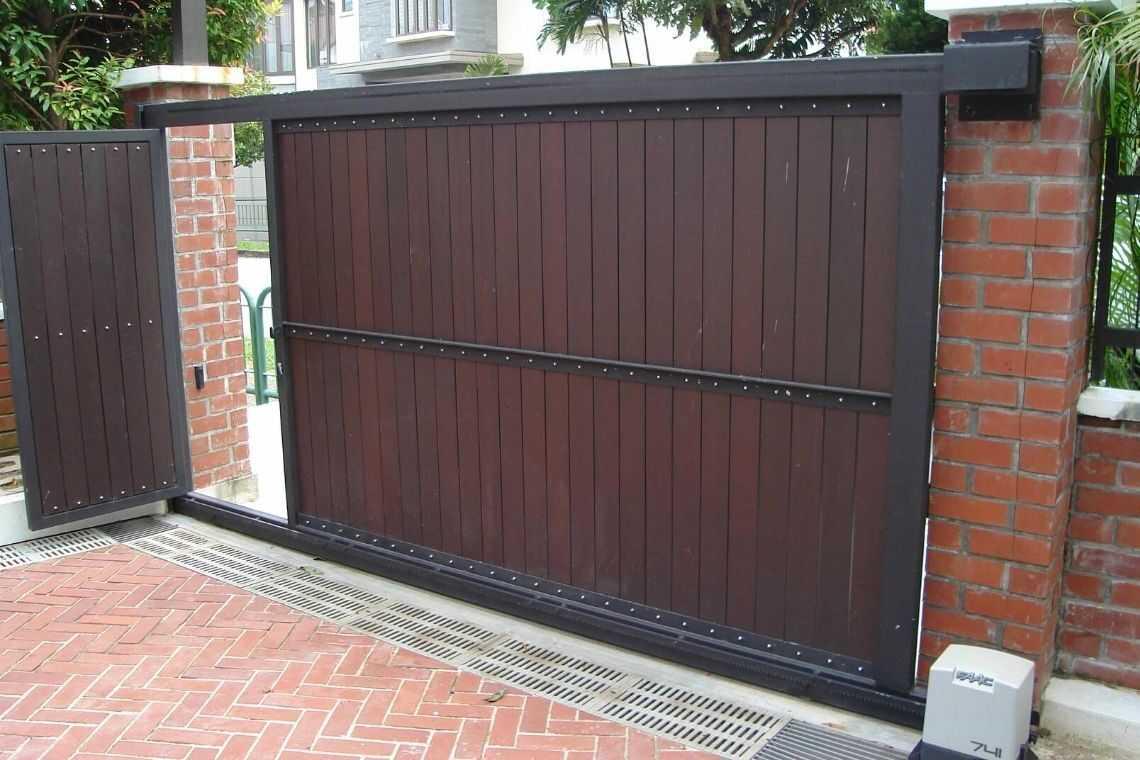 Portão de madeira simples com porta de pedestre