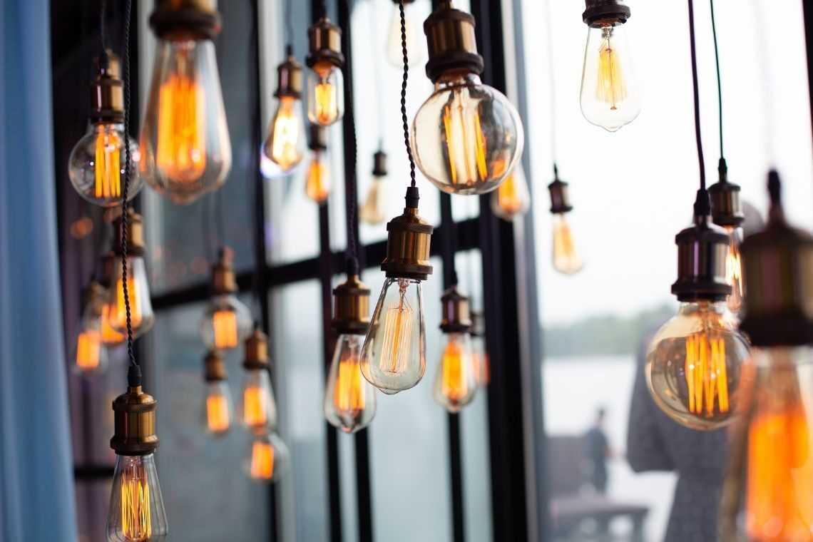 Prefira luminárias suspensas para as Plantas de casas pequenas com 2 quartos e cozinha americana