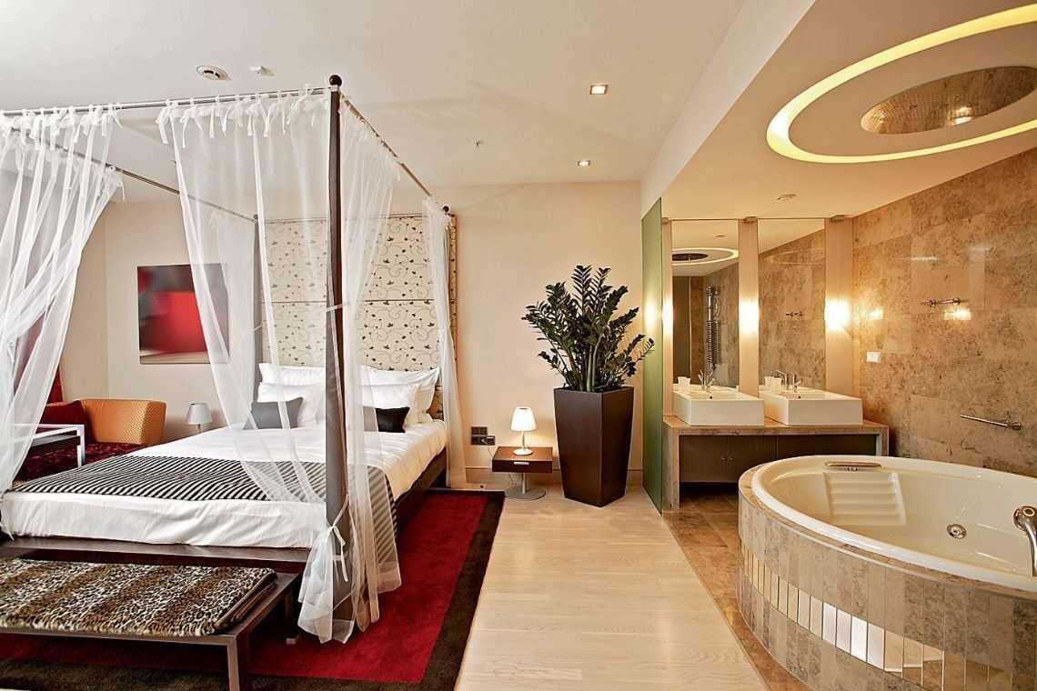 Quarto com banheira sofisticado e com elementos de madeira vaso de madeira