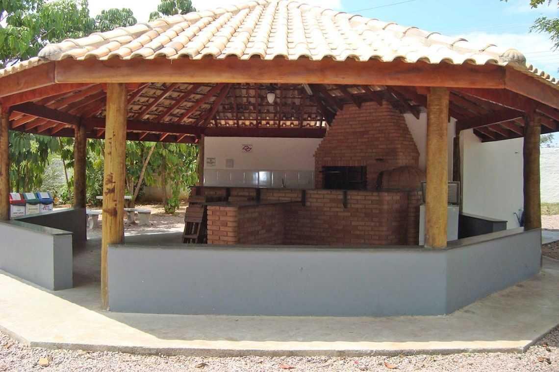 Quiosque de madeira com ambientes de lazer (2)