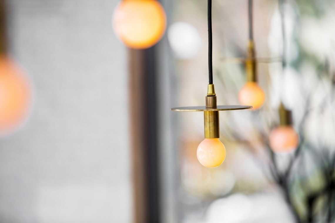 Use iluminação suspensa na cozinha americana