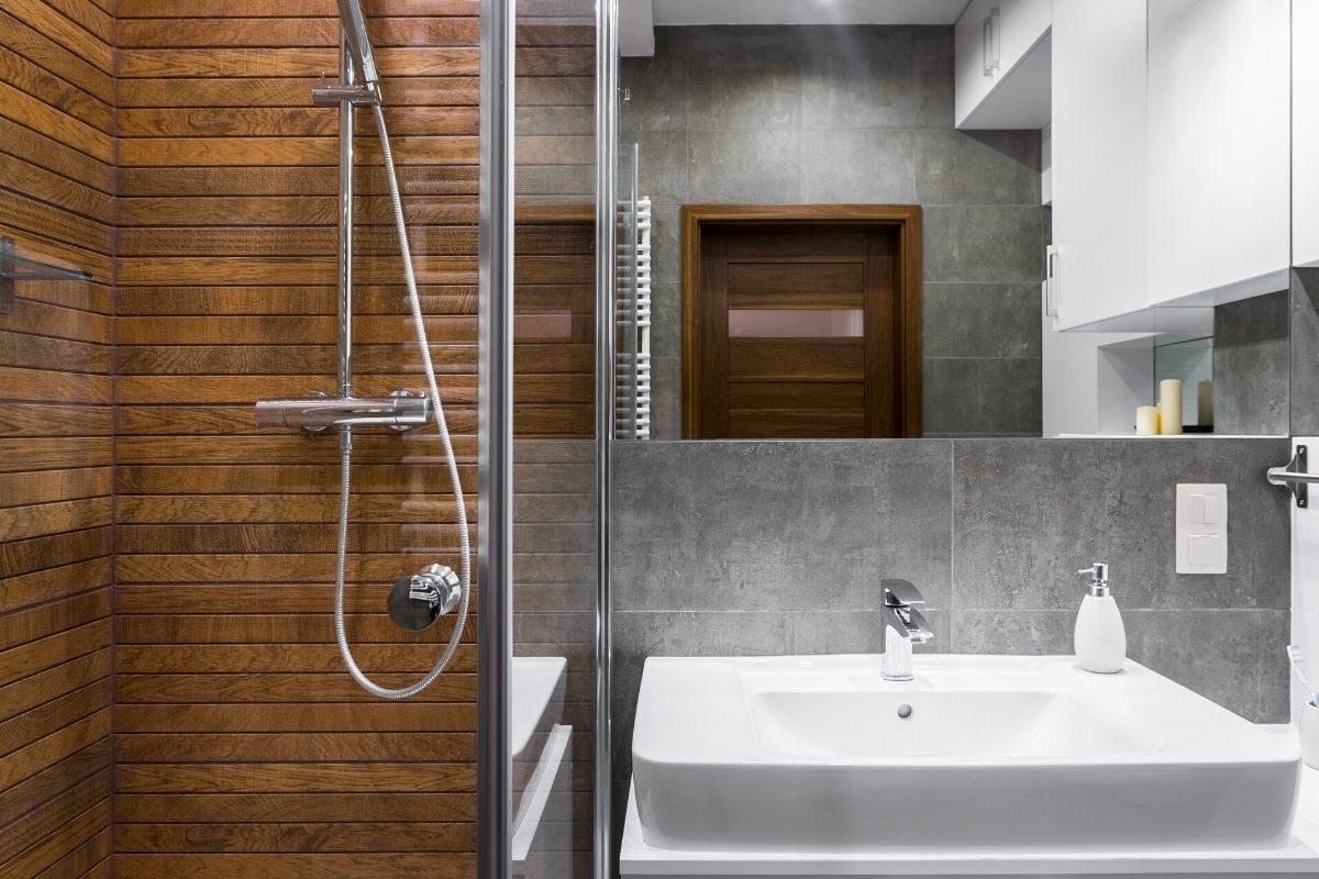 parede de madeira no banheiro de madeira 1