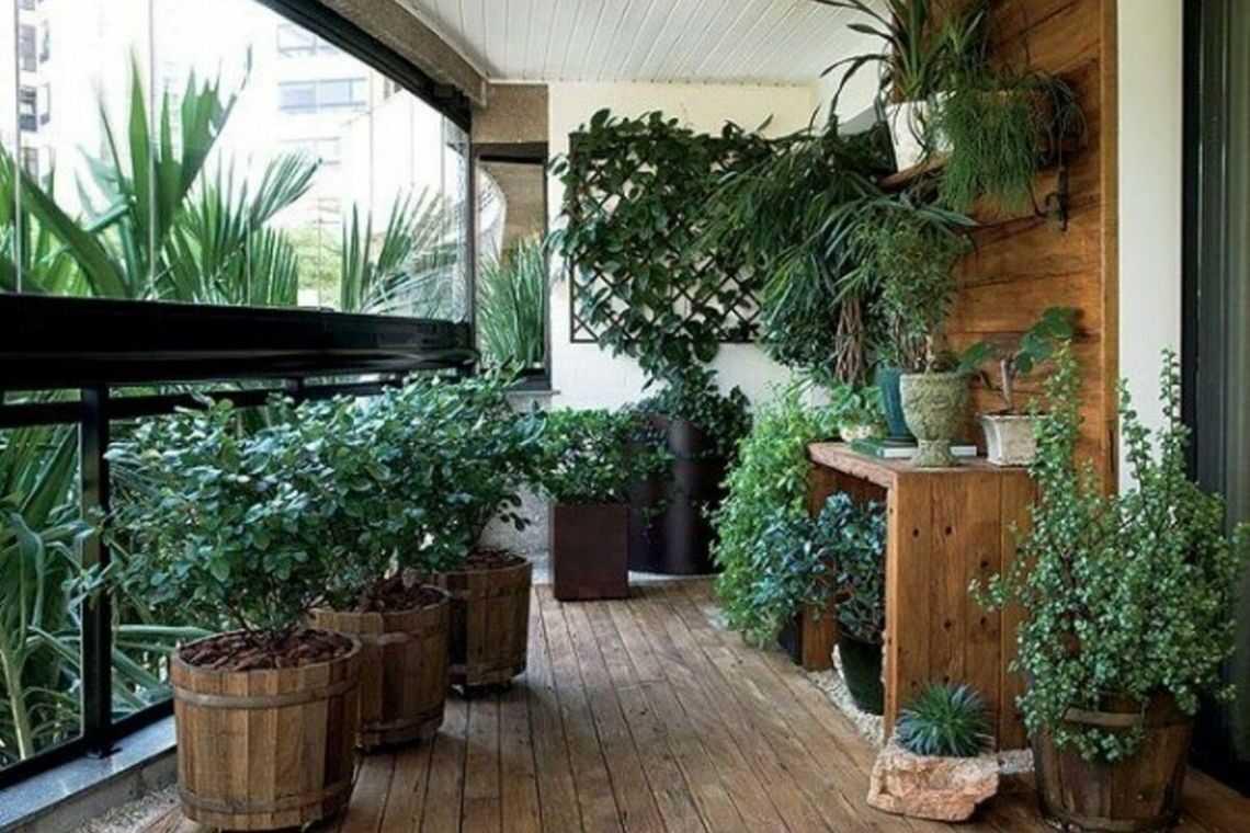 vaso de madeira na área externa