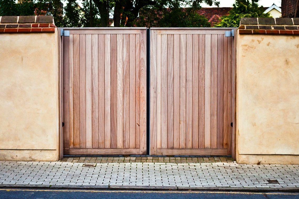 Portão de madeira simples
